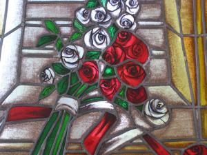 Fragment witraża - bukiet biało-czerwonych róż