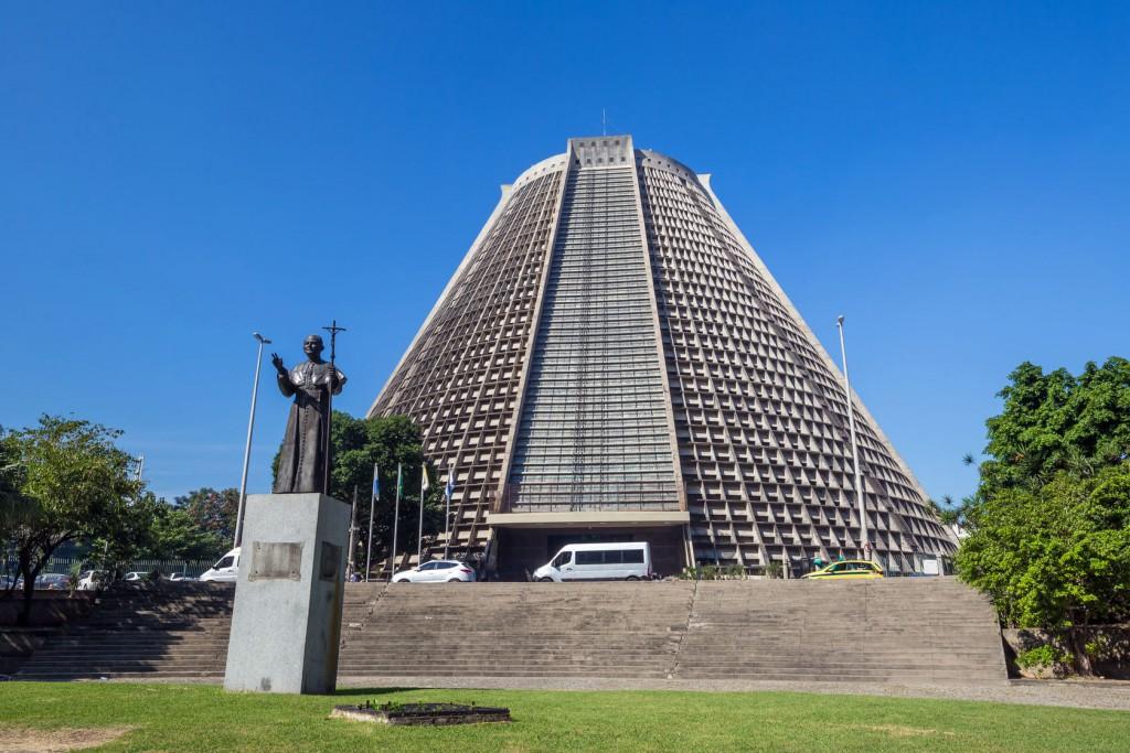 Pomnik Jana Pawła II na tle katedry
