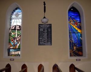 Witraże w kościele w Lahardane