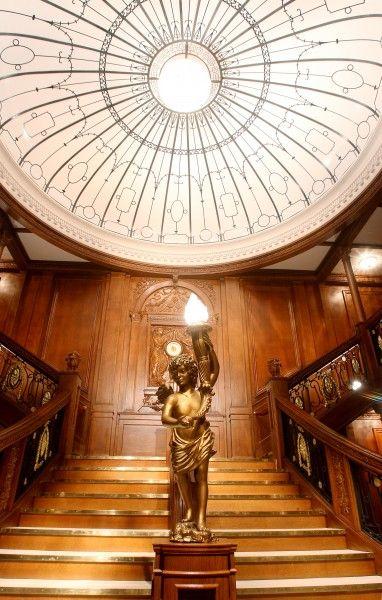 Świetlik z żyrandolem nad schodami w I klasie statku Titanic (kadr z filmu)