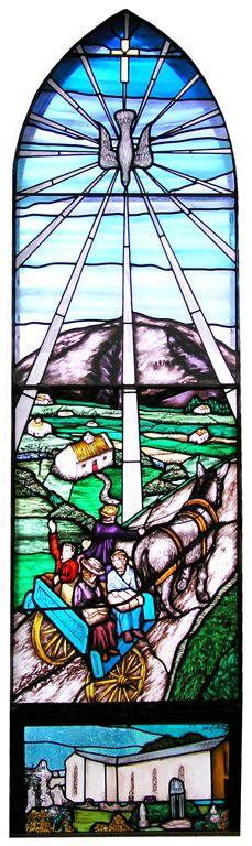 """Witraż """"Emigracja"""" w kościele w Lahardane"""