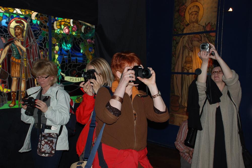 Uczestnicy wycieczki podczas zwiedzania Muzeum Witraży