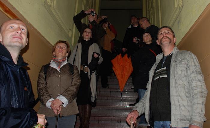 Uczestnicy wycieczki w klatce schodowej kamienicy przy ul. Topolowej 46