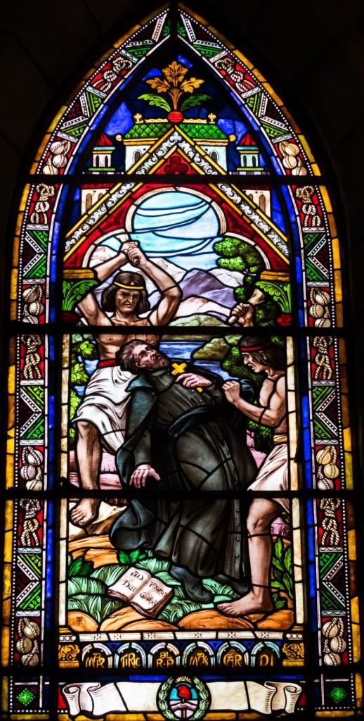 Witraz - męka jezuity Nicolas'a Mascardi w katedrze p.w. Naszej Pani z Nahuel Huapi w Bariloche Prawo autorskie: 123RF Zdjęcie Seryjne