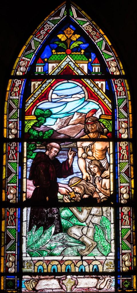 Witraz - nawracanie indian przez jezuitę Nicolas'a Mascardi w katedrze p.w. Naszej Pani z Nahuel Huapi w Bariloche Prawo autorskie: 123RF Zdjęcie Seryjne
