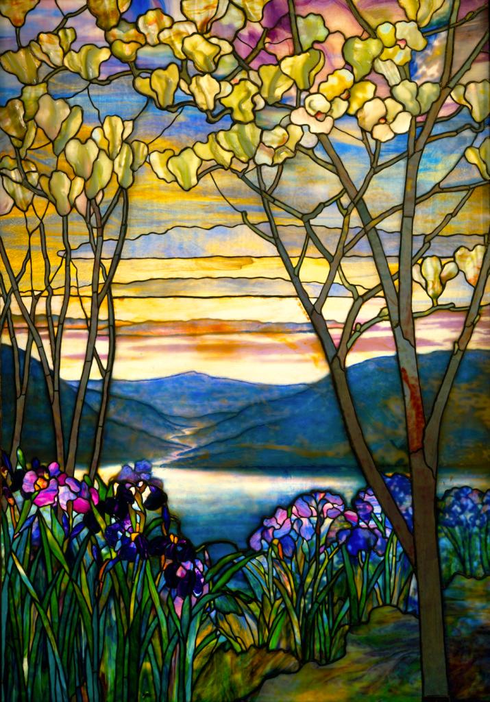 """[fot.1] autor L.C.Tiffany, """"Irysy i magnolie"""" w Metropolitan Museum of Art w Nowym Jorku, ok.1908r., fotolia.com"""