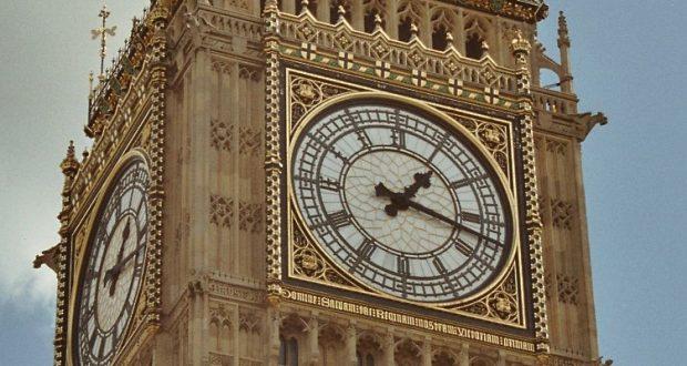 Big Ben z witrażowymi tarczami zegara