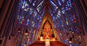 Ultranowoczesne witraże w kościele w Connecticut